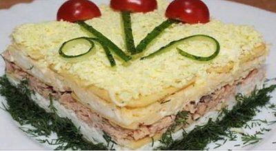 До неприличия вкусный закусочный торт — салат. Очень рекомендую!